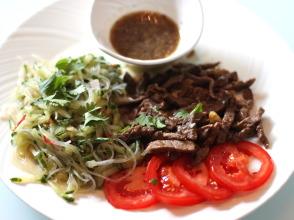 Traditioneel Cambodjaans recept: Beef Lok Lak met Kampot peper